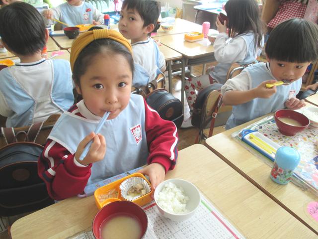 お子様の新しい才能発見へ、子どもの健康を考えて給食を行っています。