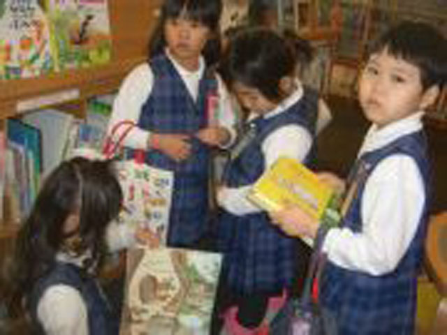 毎月年長組を対象に図書館活動を行っています。