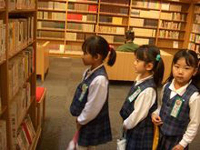 図書館など公共の場での行動のあり方、本の借り方や大事な本の取り扱い方などを学びながら読書に親しむ習慣の取得など貴重な体験をしています。